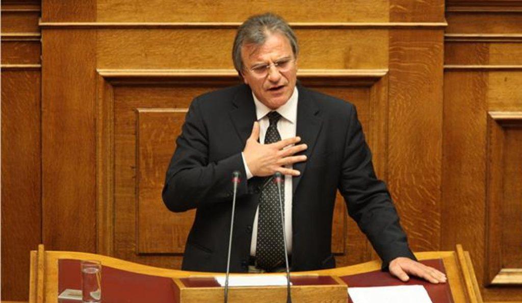 Βουλή: Έπιασαν τον πρώην βουλευτή ΠΑΣΟΚ και πρόεδρο του ΕΟΦ, Δημήτρη Λιντζέρη να φωτογραφίζει τη δικογραφία Novartis | Pagenews.gr