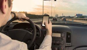 Έρχεται απαγόρευση κινητού ακόμα και σε σταματημένο αυτοκίνητο | Pagenews.gr