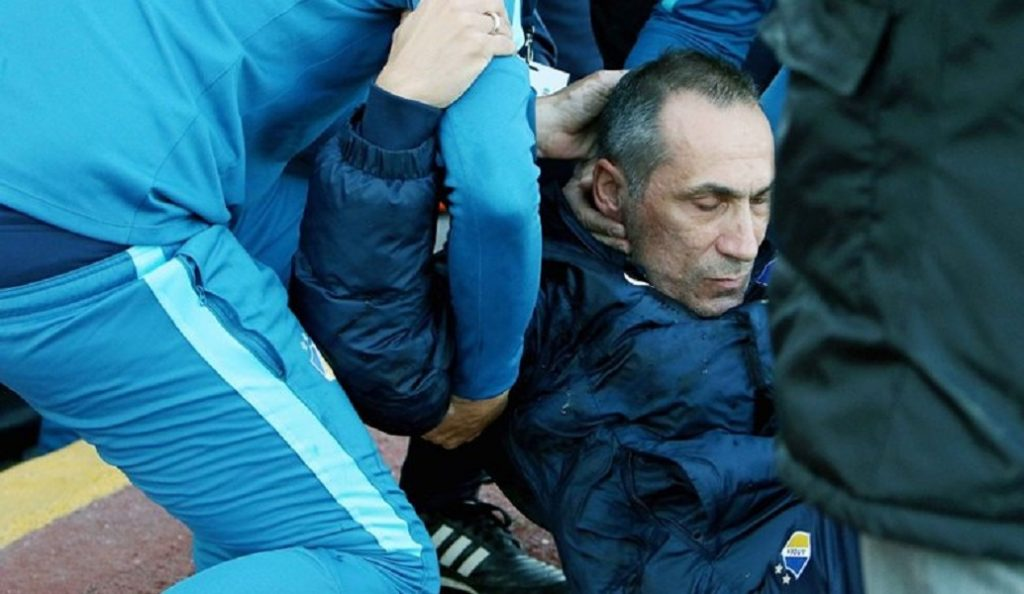 Πέταξαν ποτήρι με νερό στον Γιώργο Δώνη – Έπεσε ημιλιπόθυμος (vids) | Pagenews.gr