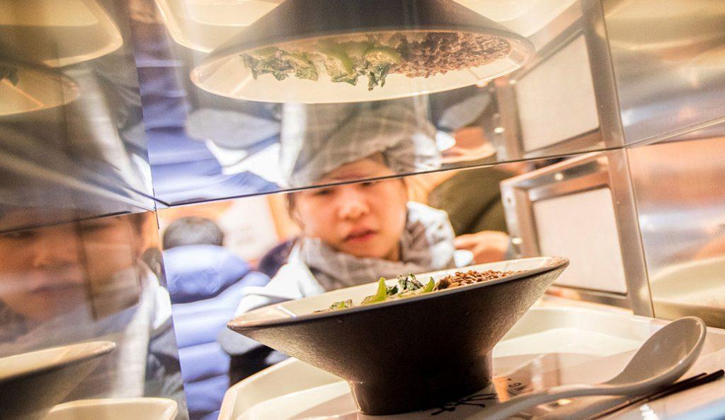 Κίνα: Σε λειτουργία το πρώτο αυτοματοποιημένο εστιατόριο, χωρίς σερβιτόρους (pics)   Pagenews.gr