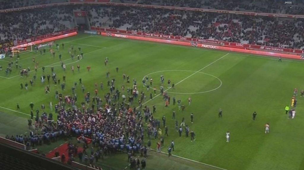 Μαζική εισβολή στο γήπεδο οπαδών της Λιλ (vid) | Pagenews.gr