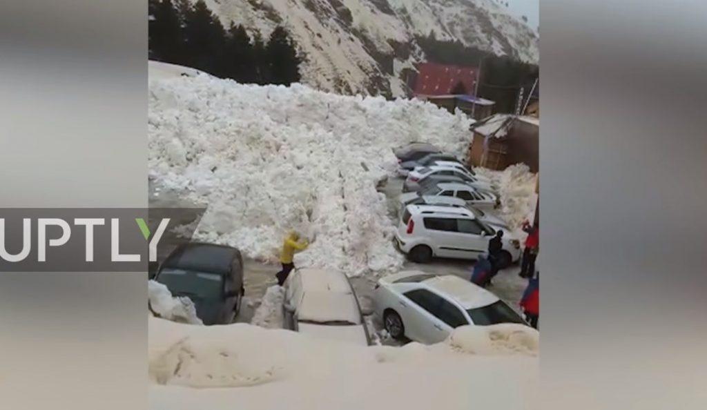 Ρωσία: Χιονοστιβάδα »σκεπάζει» αυτοκίνητα σε χιονοδρομικό (vid) | Pagenews.gr