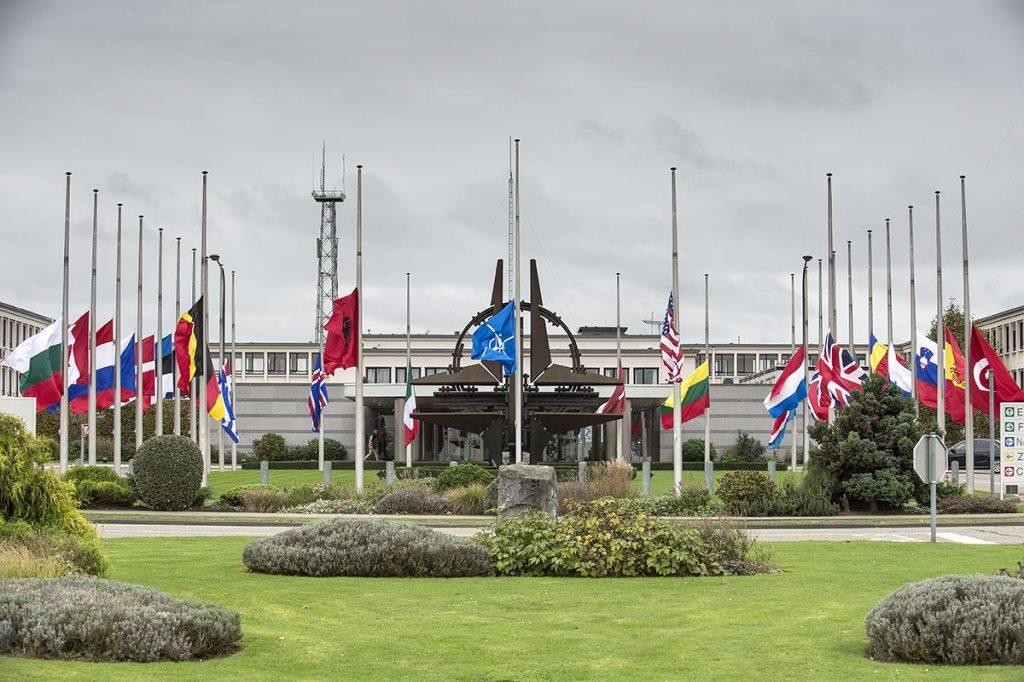 NATO: Απέλασε επτά μέλη της ρωσικής αποστολής | Pagenews.gr