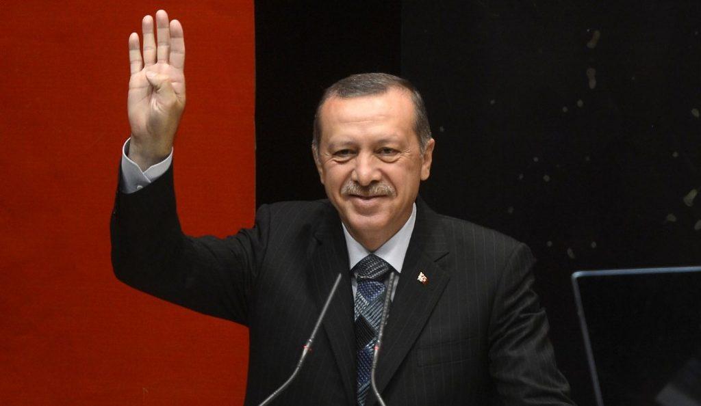 Ερντογάν: «Εκείνοι έχουν τα δολάρια, εμείς έχουμε το θεό» | Pagenews.gr
