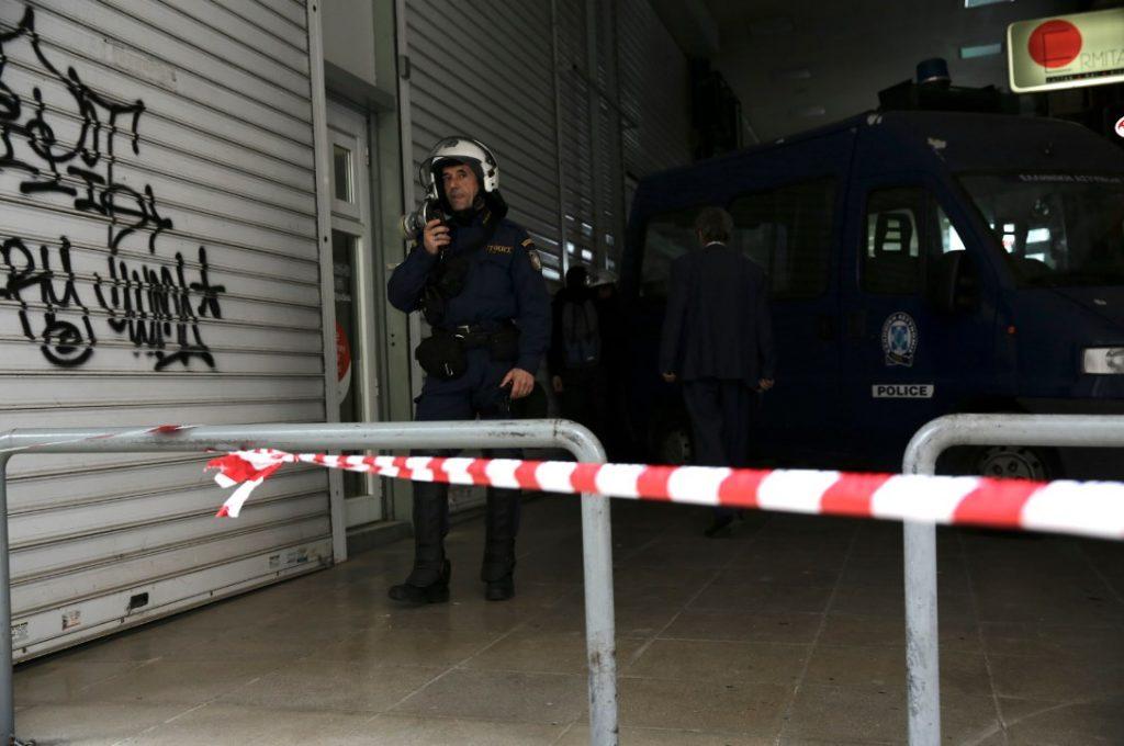 Νέα διαμαρτυρία κατά των πλειστηριασμών – Ο Λαφαζάνης σκαρφάλωσε στην κλούβα (pics)   Pagenews.gr