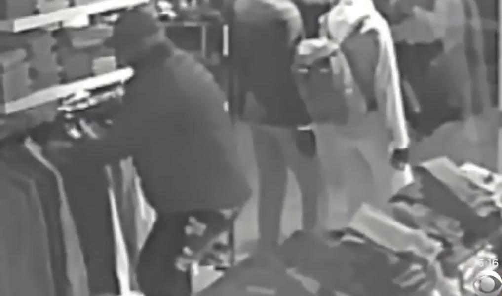 Νέα Υόρκη: »Θρήσκος» ληστής κάνει τον σταυρό του πριν κλέψει (vid) | Pagenews.gr