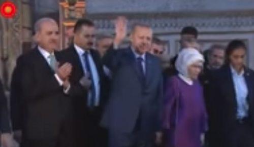 Προκαλεί ο Ερντογάν: Χαιρέτησε σχηματίζοντας τη ραμπιά μέσα στην Αγιά Σοφιά (vid) | Pagenews.gr