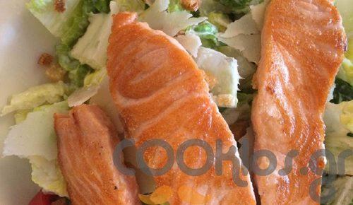 Σαλάτα του Καίσαρα με φιλέτα σολομού | Pagenews.gr