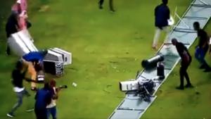 Αδιανόητο ξύλο στο γήπεδο: Άφησαν αναίσθητο καμεραμάν (προσοχή σκληρές εικόνες) | Pagenews.gr