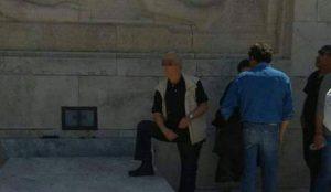 Χαμός με τη φωτογραφία συνδικαλιστή που «πατάει» τον Άγνωστο στρατιώτη | Pagenews.gr