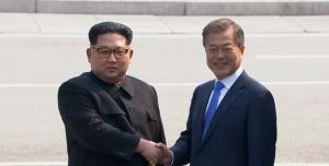Ιστορική στιγμή! Ο Κιμ Γιονγκ Ουν πατάει το πόδι του στη Ν. Κορέα μετά από 65 χρόνια (vids) | Pagenews.gr
