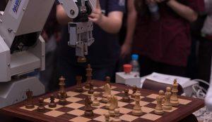 Ρομπότ που παίζει σκάκι δημιούργησαν φοιτητές του Πολυτεχνείου Κοζάνης   Pagenews.gr