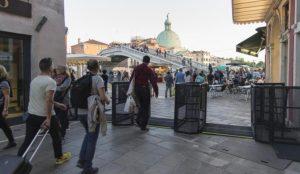 Βενετία: Μεταλλικές μπάρες για τον περιορισμό της διέλευσης των τουριστών | Pagenews.gr