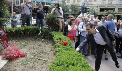 Θεσσαλονίκη:  Άφησε γαρύφαλλα στο μνημείο του Λαμπράκη ο Τσίπρας (pics) | Pagenews.gr