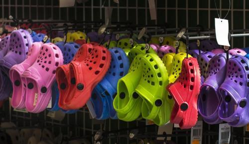 Crocs: Τα παπούτσια που αγαπάμε να μισούμε (pics) | Pagenews.gr