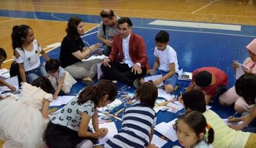 Ο Άνθιμος Ανανιάδης και η γιαγιά Παραμυθού στο 1ο Πολυπολιτισμικό Φεστιβάλ Παραμυθιού | Pagenews.gr