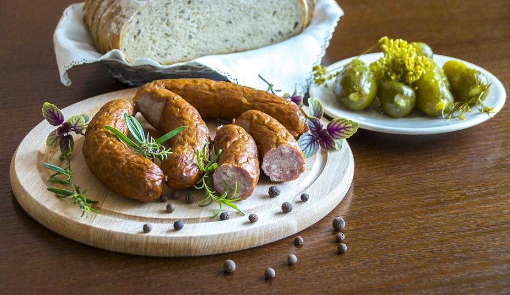 Η συνταγή της Ημέρας: Σαλάτα με χωριάτικο λουκάνικο αρωματισμένο με μέλι και τσίπουρο   Pagenews.gr