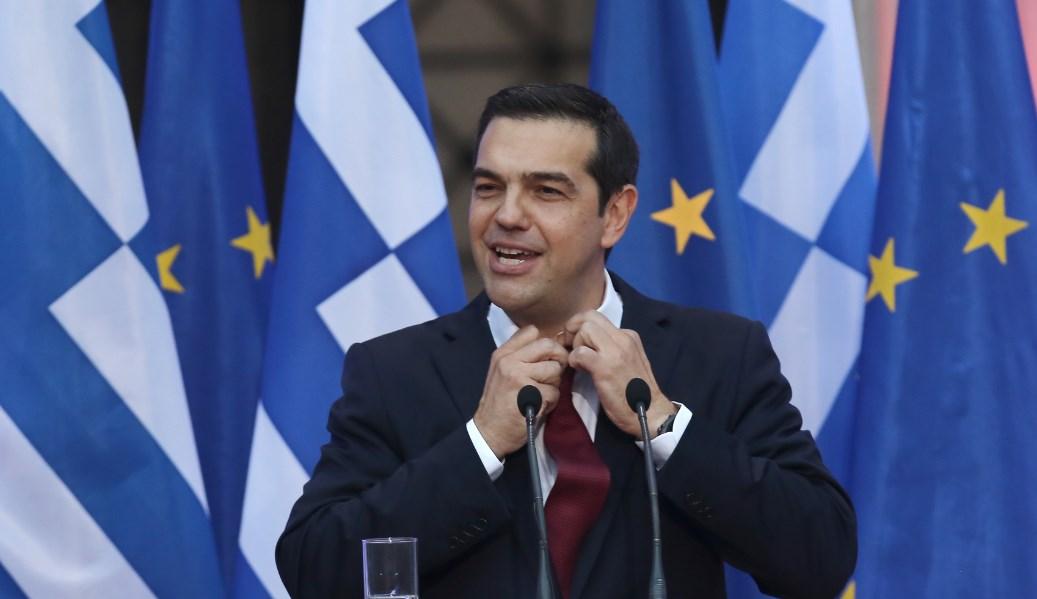 Η στιγμή που ο Τζανακόπουλος βάζει τη γραβάτα στον Τσίπρα (vid) | Pagenews.gr