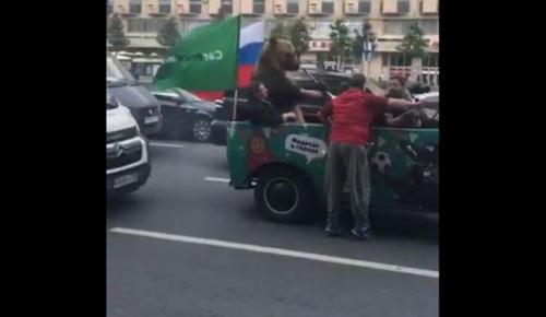 Μουντιάλ 2018: Αρκούδα πανηγυρίζει τη νίκη της Ρωσίας σε φορτηγάκι κρατώντας βουβουζέλα (vid) | Pagenews.gr