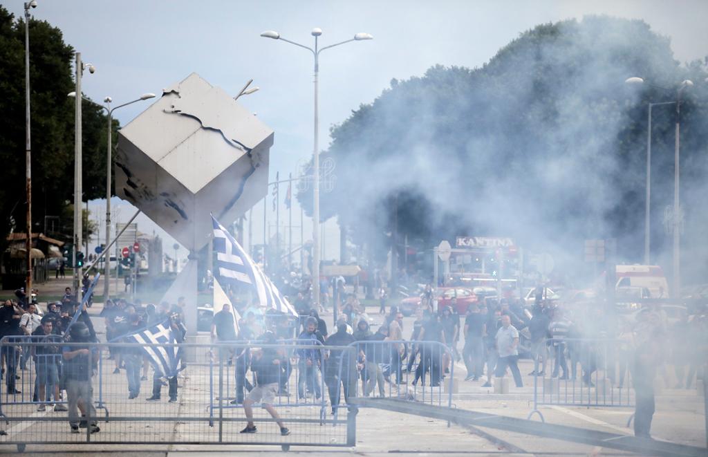 Σκοπιανό: Πετροπόλεμος και χημικά σε εκδήλωση του ΣΥΡΙΖΑ   Pagenews.gr