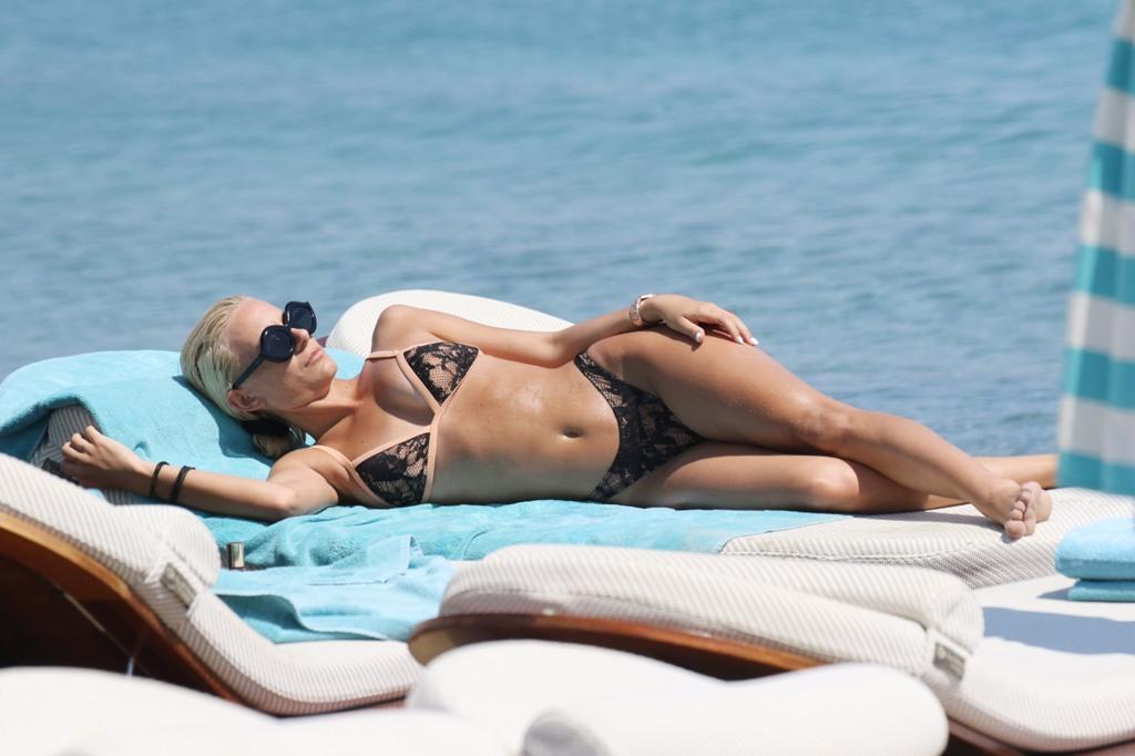 «Κόλασε» τη Μύκονο η ξανθιά σύντροφος Έλληνα ποδοσφαιριστή (pics) | Pagenews.gr