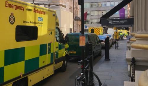 Συναγερμός στο Λονδίνο – Αστυνομικοί και ασθενοφόρα στο Μέιφερ   Pagenews.gr