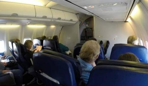Ασυγκράτητο ζευγάρι σε ερωτικές περιπτύξεις κατά τη διάρκεια πτήσης (vid) | Pagenews.gr