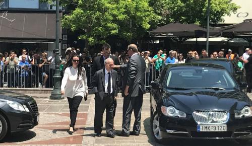 Παύλος Γιαννακόπουλος: Η στιγμή που ο αδερφός του Θανάσης φτάνει στη Μητρόπολη και κλαίει με λυγμούς (vid)   Pagenews.gr