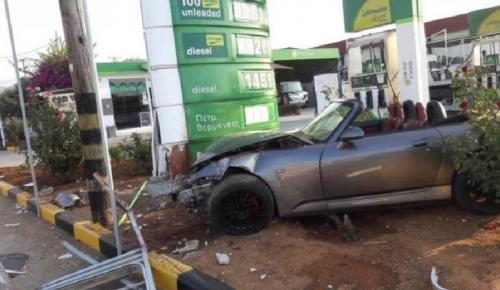 Χανιά: Αυτοκίνητο «καρφώθηκε » σε βενζινάδικο (pics) | Pagenews.gr