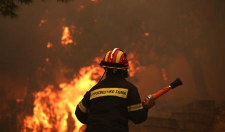 ΦΩΤΙΑ ΤΩΡΑ: Μάχη με τις φλόγες για την πυρκαγιά στον Άγιο Στέφανο | Pagenews.gr