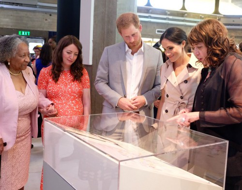 Nelson Mandela: O πρίγκιπας Χάρι και η Μέγκαν Μαρκλ επισκέφτηκαν έκθεση στη μνήμη του | Pagenews.gr
