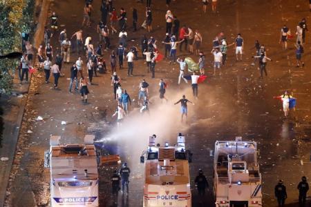 Παρίσι: Δακρυγόνα, επεισόδια και μάχες σώμα με σώμα (pics&vids)   Pagenews.gr