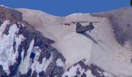 Απίστευτη διάσωση – Σινούκ ακούμπησε με τις δύο ρόδες σε βουνοπλαγιά (vid) | Pagenews.gr