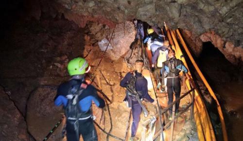Ταϊλάνδη: Συγκλονιστικό βίντεο από τη διάσωση – Κόβουν την ανάσα τα στενά περάσματα (vid) | Pagenews.gr