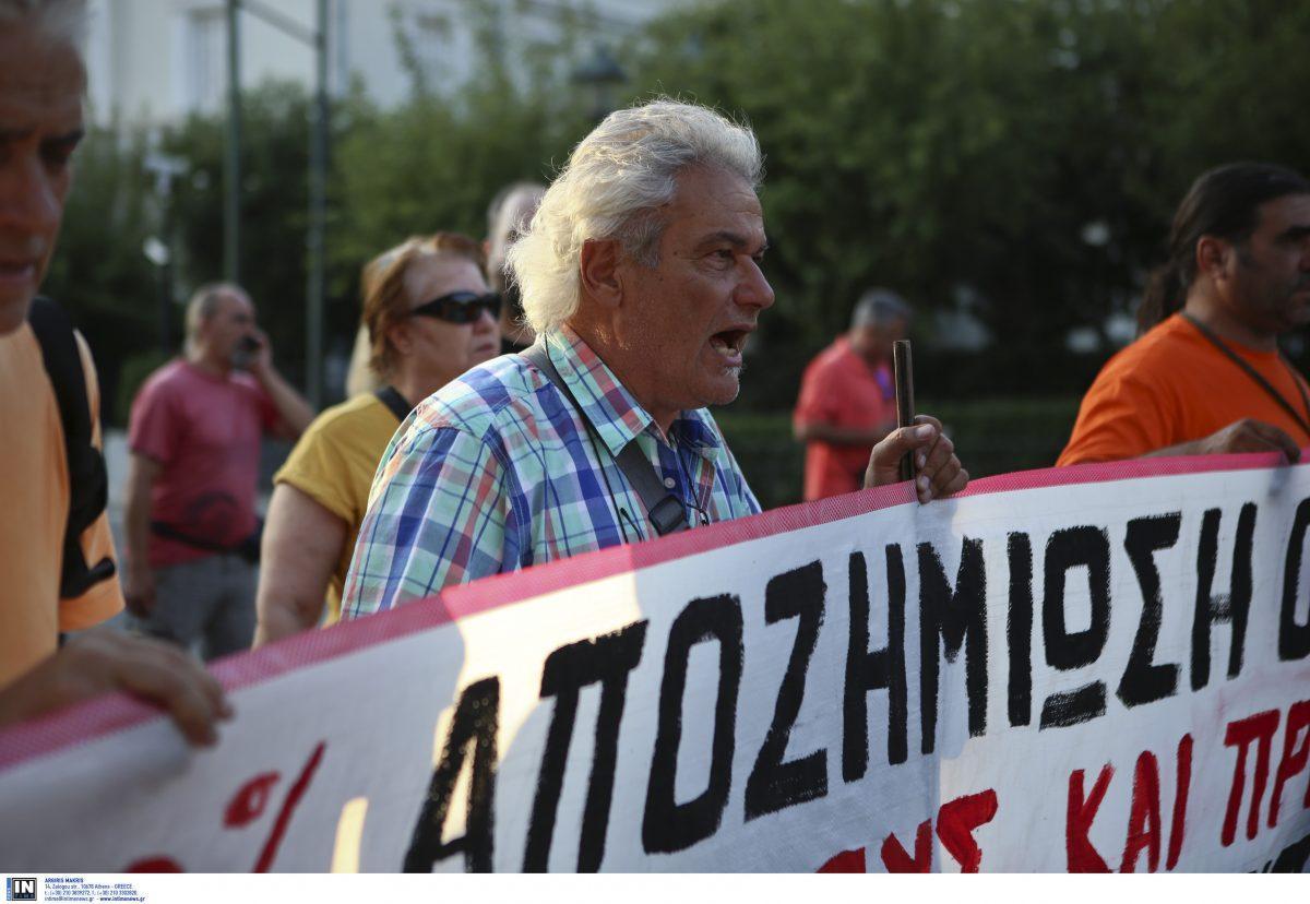 Πυρκαγιές Αττικής: Πυρόπληκτοι ζητούν αποζημιώσεις έξω από τη Βουλή (pics) | Pagenews.gr