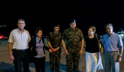 Έλληνες στρατιωτικοί: Επαναπατρίστηκαν μετά από 167 ημέρες κράτησης (pics&vid) | Pagenews.gr