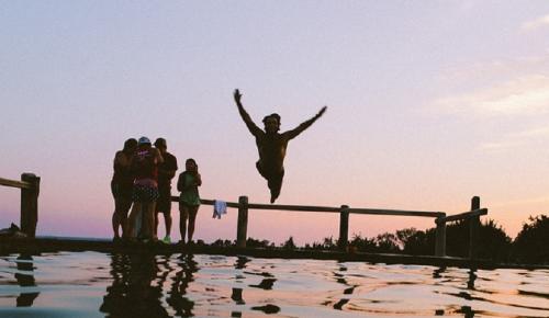 Τέξας: Η «εναέρια» πισίνα-μπαλκόνι που κόβει την ανάσα (pics&vid)   Pagenews.gr