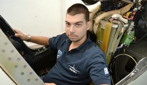 Μιχάλης Τσάλτας: Ο άνθρωπος που κατασκευάζει στο σπίτι του πιλοτήριο μαχητικού αεροσκάφους | Pagenews.gr