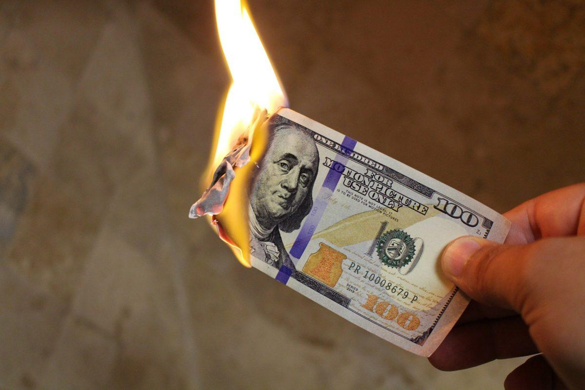 Τουρκία: Το τερμάτισαν – Κομματιάζουν και καίνε αμερικανικά δολάρια | Pagenews.gr
