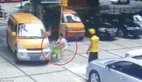 Ανεγκέφαλη μητέρα παίζει με την ζωή του παιδιού της (vid)   Pagenews.gr