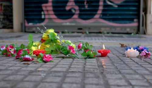 Ζακ Κωστόπουλος: Λουλούδια, κεριά και σημειώματα στη μνήμη του έξω από το κοσμηματοπωλείο (pic) | Pagenews.gr
