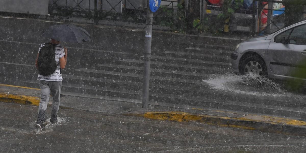 Βροχή τώρα Αθήνα: Ξαφνικό μπουρίνι στην πρωτεύουσα   Pagenews.gr