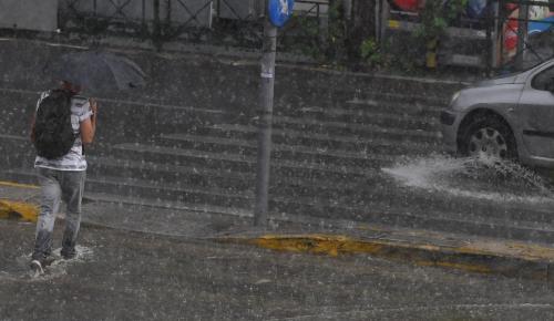 Βροχή τώρα Αθήνα: Ξαφνικό μπουρίνι στην πρωτεύουσα | Pagenews.gr