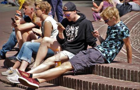 Γαλλία: Με εντολή Μακρόν – Τέλος τα κινητά τηλέφωνα στα σχολεία | Pagenews.gr