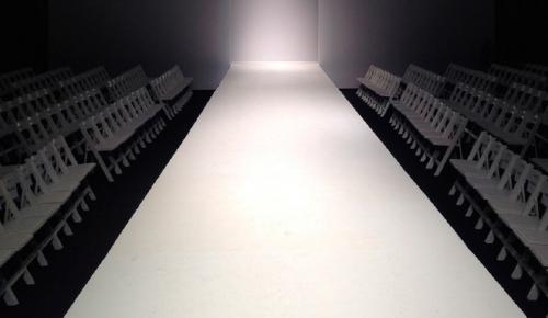 Εβδομάδα Μόδας Νέα Υόρκη: Μοντέλα έκαναν πασαρέλα «ντυμένα» με κολλητική ταινία (vid) | Pagenews.gr