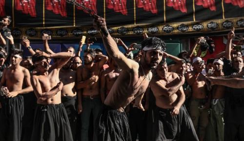 Ποιοι είναι οι Σιίτες που αυτομαστιγώθηκαν στον Πειραιά | Pagenews.gr