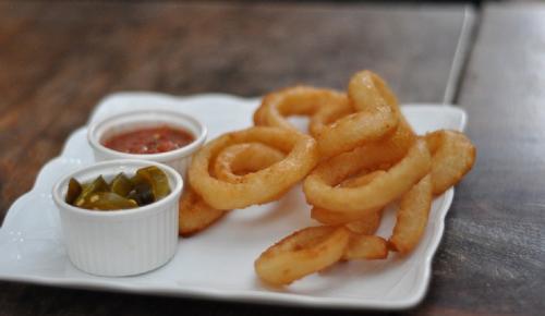 Η συνταγή της ημέρας: Δαχτυλίδια κρεμμυδιού τηγανητά (Onion rings) | Pagenews.gr
