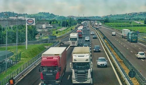 ΕΕ: Αποφασισμένη για τον περιορισμό των αυξανόμενων εκπομπών CO2 από τα βαρέα οχήματα | Pagenews.gr