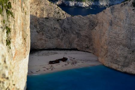 ΠΑΡΑΛΙΑ ΝΑΥΑΓΙΟ: Έκλεισε για λουόμενους και σκάφη μετά την κατολίσθηση | Pagenews.gr