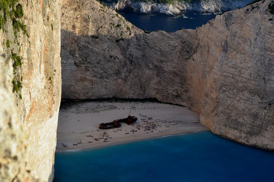 ΠΑΡΑΛΙΑ ΝΑΥΑΓΙΟ: Έκλεισε για λουόμενους και σκάφη μετά την κατολίσθηση   Pagenews.gr